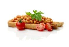 Bönor på rostat bröd royaltyfri foto