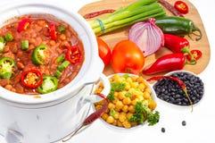 Bönor som lagas mat i långsam spis. royaltyfri foto