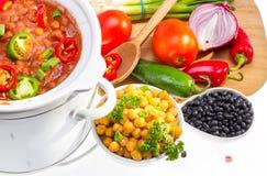 Bönor som lagas mat i långsam spis. royaltyfria bilder