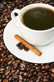 bönor stänger upp kaffekoppen över Royaltyfri Bild