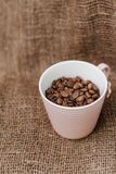 bönor stänger upp kaffekoppen Arkivfoton