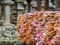 Bönpaneler i den Nara templet royaltyfri foto