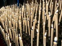 Bönstearinljus inom den Modena domkyrkaduomoen arkivfoton