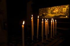 B?nstearinljus som framme br?nner av graven, gravvalv med Jesus i Chiesa di San Zaccaria, Venedig royaltyfria bilder