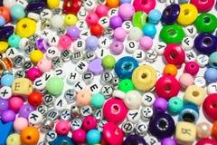 Bördelt Hintergrund Retro- Draufsicht-bunter Perlen-Haufen Kinderhintergrund Stockbilder