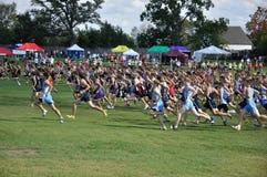 börja skolan för racen för pojkelandskorset den höga Royaltyfria Foton