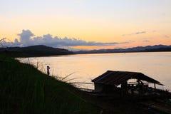 Börja till skymningtid i Mekong River Fotografering för Bildbyråer