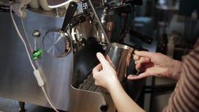 Början av att förbereda kaffe arkivfilmer