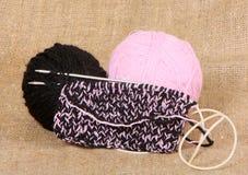 Början av handarbete av en produkt från svart och rosa garn Kläder som göras av naturlig ull fotografering för bildbyråer