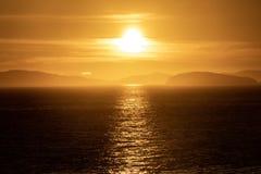 Början av solnedgången som ses havet royaltyfri foto