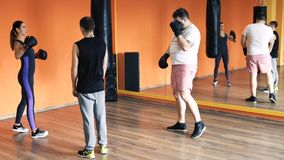 Början den boxas utbildningen i handskar Förlust för individuell vikt borrar in idrottshallen för skäggig fet man Genomk?rare med lager videofilmer