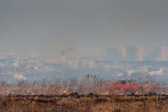 Börjande brand i bakgrunden av staden Arkivfoton