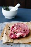 Börjansnitt av rått nötkött på slaktarepapper fotografering för bildbyråer