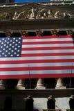 Börs av New York City, med det enigt som påstås av Amerika flaggastjärnor och band royaltyfri bild