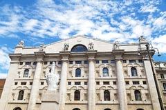 Börsbyggnad med skulpturen som är främst av den i Milan, Italien Fotografering för Bildbyråer