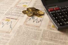 Börse der Zeitung mit Taschenrechner und Geld Stockfotografie