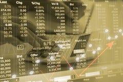 Börse oder Devisenhandelsdiagramm für für Finanzinvestition mit Abschluss herauf Taschenrechner des jungen Mannes Stockbild