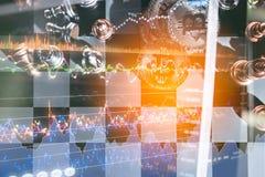 Börse oder Devisenhandelsdiagramm für für Finanzinvestition mit Draufsicht bitcoin Symbol auf Schachboa Stockbilder