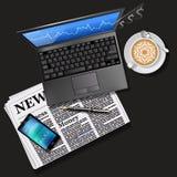 Börsediagramm am Laptopschirm und -Handy Stockbilder