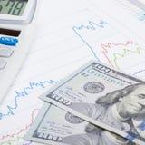 Börsediagramm mit Taschenrechner und 100 Dollar der Banknote - St. Stockfotos