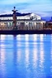 Börsegebäude und Rostral Spalten in St Petersburg Stockfoto