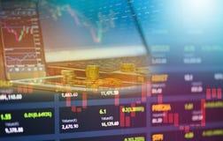 Börsmarknad eller indikator för investering för analys för forexhandelgraf med för bärbar datorminnestavla för guld- mynt smartph royaltyfria bilder