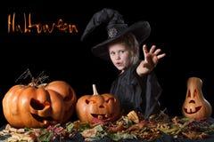 Böse Hexe wirft einen Bann und sendet den Fluch Halloween Stockfoto