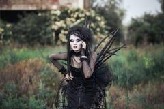 Böse Hexenfrau in einem dunklen Wald Stockfotografie