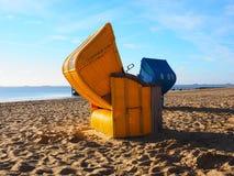 Böses roofchair auf dem Strand Stockbilder