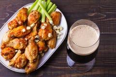 Búfalo da cerveja e das asas de galinha com queijo azul e varas de aipo Fotos de Stock Royalty Free