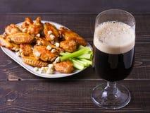 Búfalo da cerveja e das asas de galinha com queijo azul e varas de aipo Fotografia de Stock