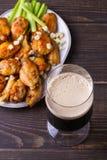 Búfalo da cerveja e das asas de galinha com queijo azul e varas de aipo Imagens de Stock Royalty Free