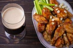 Búfalo da cerveja e das asas de galinha com queijo azul e varas de aipo Foto de Stock Royalty Free