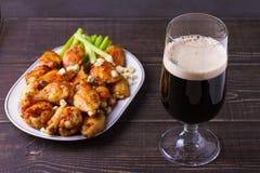 Búfalo da cerveja e das asas de galinha com queijo azul e varas de aipo Imagem de Stock