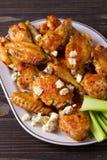 Búfalo das asas de galinha com queijo azul e varas de aipo Fotos de Stock Royalty Free