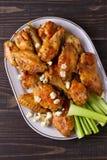 Búfalo das asas de galinha com queijo azul e varas de aipo Fotografia de Stock Royalty Free