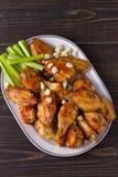 Búfalo das asas de galinha com queijo azul e varas de aipo Foto de Stock Royalty Free