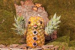 Búho de águila tallado de la piña en el bosque, paisaje Imagenes de archivo