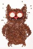 Búho de Coffe, Coffeebeans y 2 tazas de café express Fotos de archivo libres de regalías