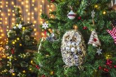 Búho del juguete en un árbol de navidad verde Imágenes de archivo libres de regalías