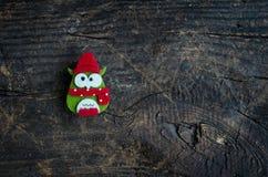 Búho del símbolo de la Navidad en fondo de madera Fotos de archivo