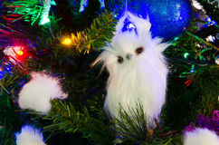 Búho hecho a mano con en el árbol de navidad Imágenes de archivo libres de regalías