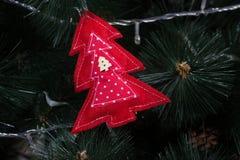 Búho hecho a mano del fieltro en el árbol de navidad con los conos Fotos de archivo libres de regalías
