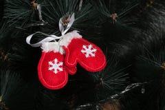 Búho hecho a mano del fieltro en el árbol de navidad con los conos Foto de archivo