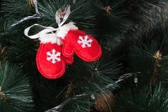 Búho hecho a mano del fieltro en el árbol de navidad con los conos Imágenes de archivo libres de regalías