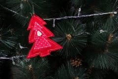 Búho hecho a mano del fieltro en el árbol de navidad con los conos Foto de archivo libre de regalías
