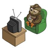 Búho soñoliento con la taza del café, TV de observación por la mañana, carácter divertido aislado en el vector blanco, inspirado  Imagen de archivo