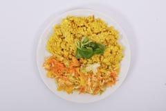 Búlgara cozida com salada da couve-flor e do vegetal em um branco imagens de stock royalty free