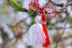 Búlgaro Martenitsa en la rama de árbol fotos de archivo libres de regalías