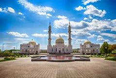 Búlgaro, Rusia - 26 de junio de 2017: Turistas que caminan en los argumentos blancos de la mezquita imagen de archivo libre de regalías